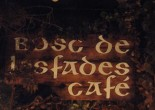 Un lugar de cuento con recovecos: pequeñas cascadas,  nenúfares  y ¡árboles! donde tomar un café a primera hora de la tarde.
